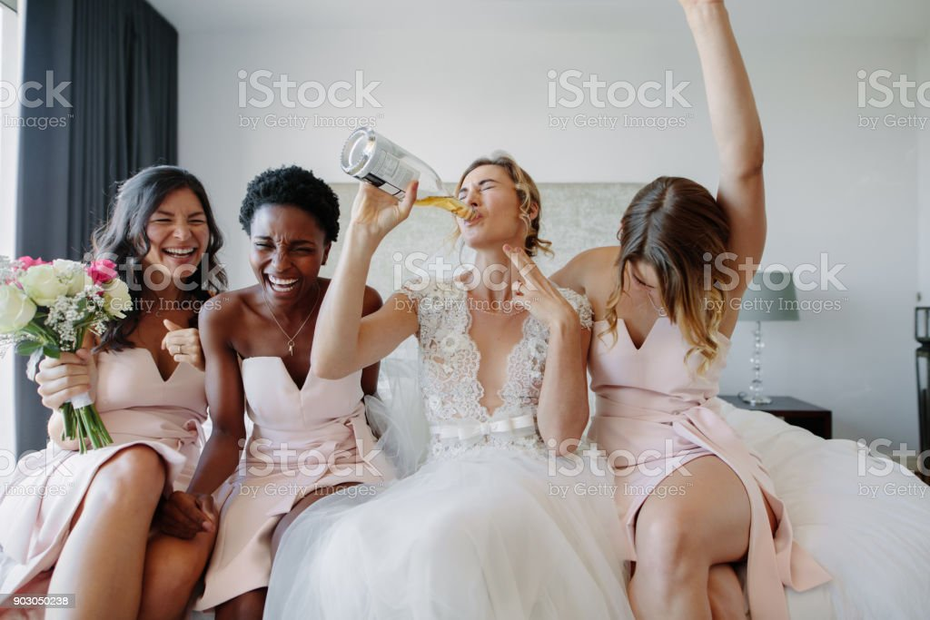 Braut und Brautjungfern vor Hochzeit in Hotelzimmer genießen – Foto