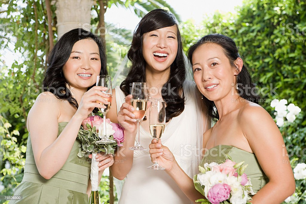 Bride and bridesmaids with champagne foto de stock royalty-free