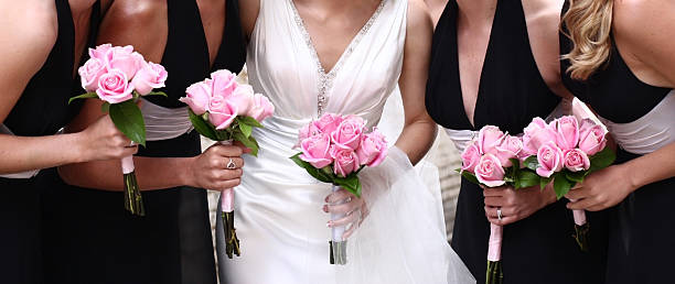 braut und brautjungfern mit rosa rosen - hochzeitskleid in schwarz stock-fotos und bilder