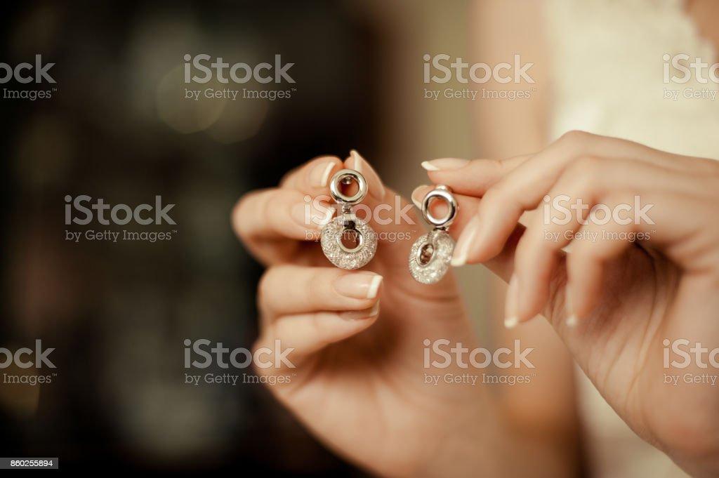 Noiva e brincos. Belas joias para a noiva - foto de acervo