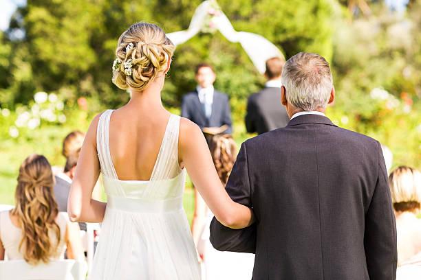 Père de la mariée et de marcher vers l'autel pour un mariage en plein air - Photo