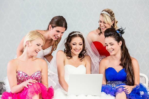 braut und freunde haben spaß mit computer - hochzeitskleider online stock-fotos und bilder