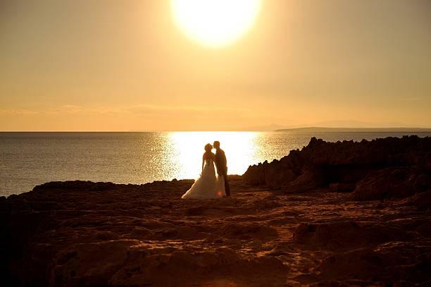 braut und bräutigam ein sonnenuntergang küssen. - hochzeitsreise zypern stock-fotos und bilder