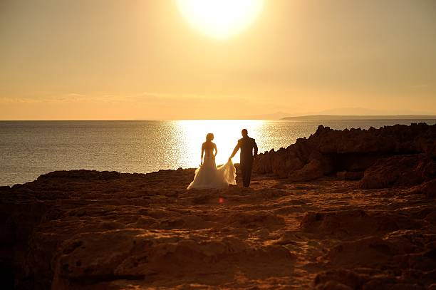 braut und bräutigam ein sonnenuntergang. - hochzeitsreise zypern stock-fotos und bilder