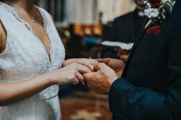 braut und bräutigam am altar - altar stock-fotos und bilder