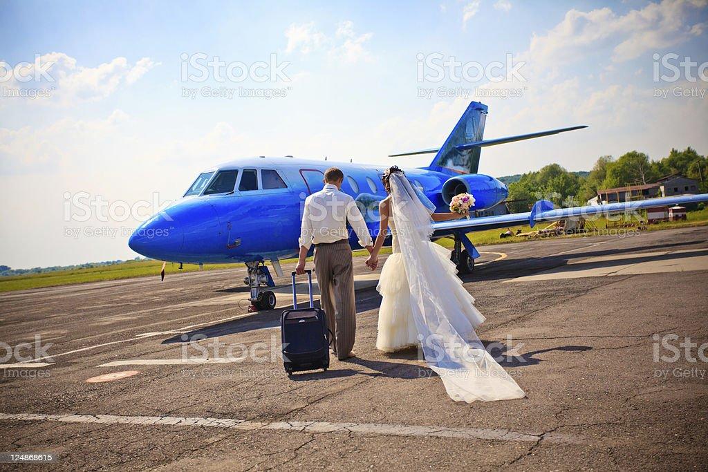 Paar in die Flitterwochen fliegen – Foto