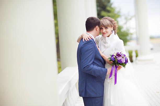 Braut und Bräutigam mit den Spalten – Foto