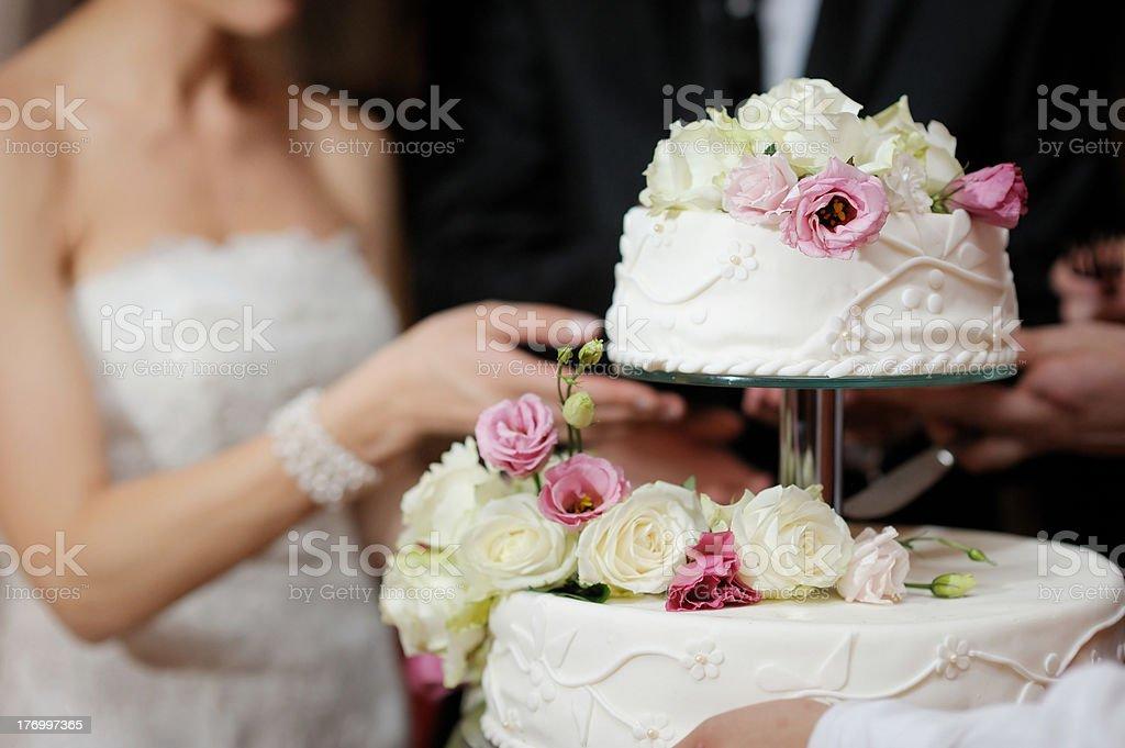 Noivos Cortando o bolo - foto de acervo