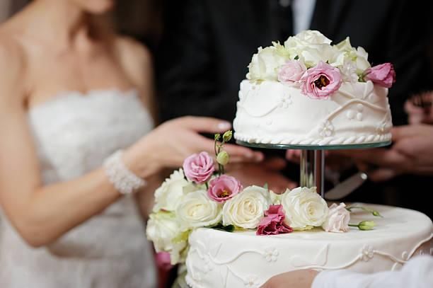 Braut und Bräutigam Schneiden Kuchen – Foto