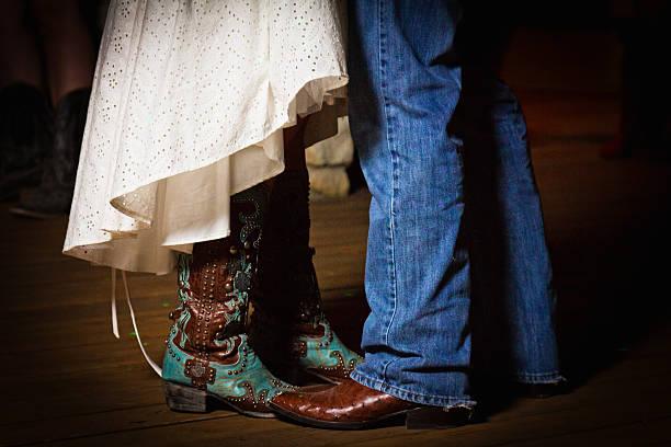braut und bräutigam tanzen stiefel - bräutigam jeans stock-fotos und bilder