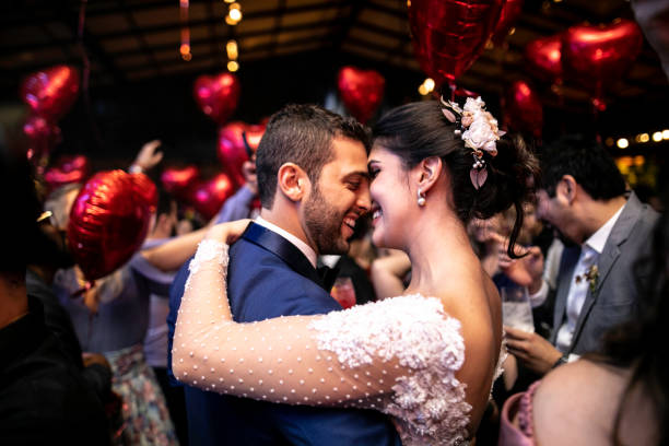 dança da noiva e do noivo durante sua festa de casamento - casamento - fotografias e filmes do acervo