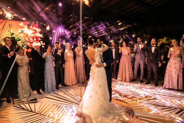 noiva e noivo que dançam sua primeira dança - casamento - fotografias e filmes do acervo