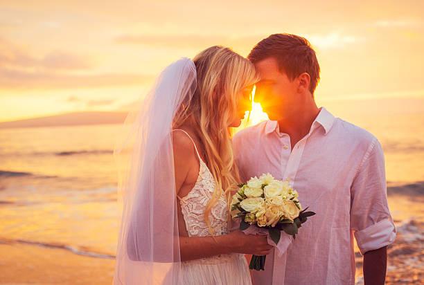 Braut und Bräutigam, genießen Sie den fantastischen Sonnenuntergang – Foto