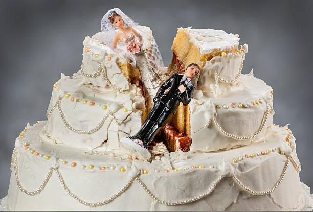 braut und bräutigam figuren im zerstörten bild einer hochzeitstorte - scheidung stock-fotos und bilder