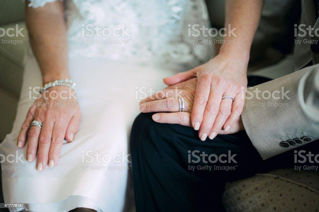 Mains de la mariée et le marié portant des anneaux de mariage - Photo