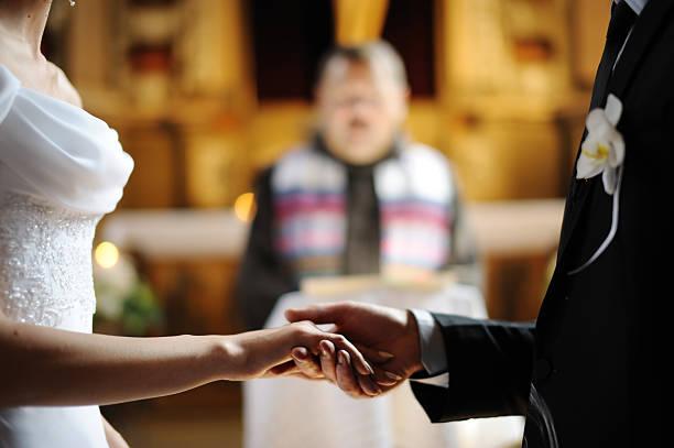 noiva e noivo segurando cada uma das mãos - padre - fotografias e filmes do acervo