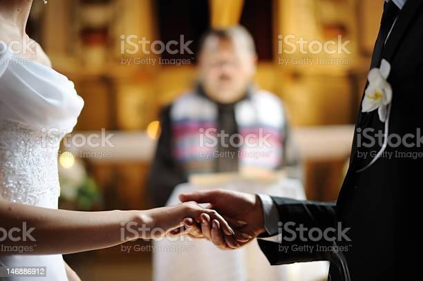 Bride And Groom Holding Each Others Hands Stockfoto en meer beelden van Alleen volwassenen