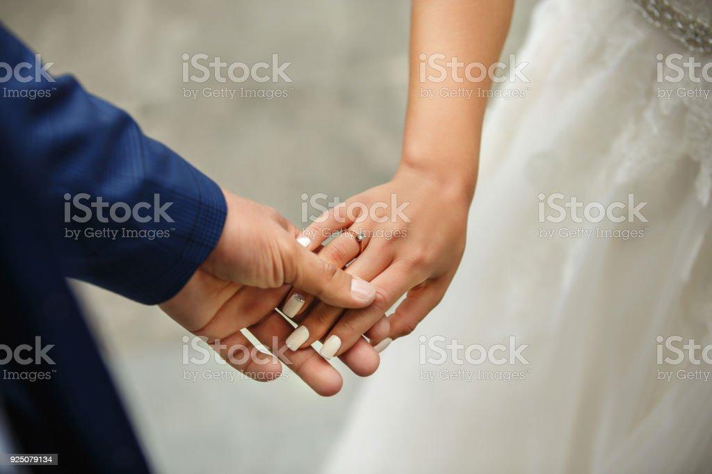 Braut Und Brautigam Hand In Hand Brautpaar Am Hochzeitstag Verliebte