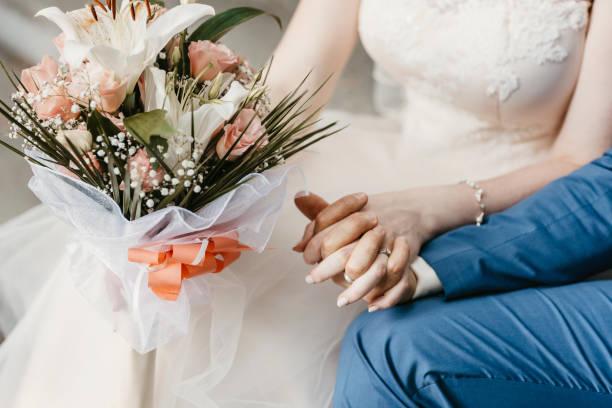 bride and groom holding hands. - mano donna dita unite foto e immagini stock
