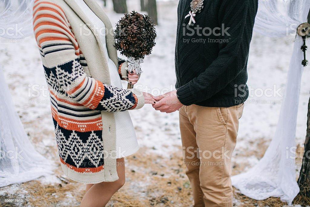 Braut und Bräutigam halten Hände – Foto