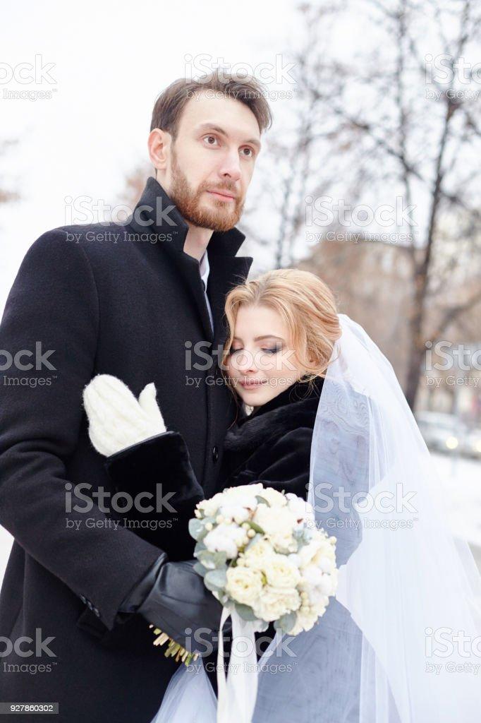 Braut Und Brautigam Umarmen Und Kussen Wahrend Sie Im Winter Auf Der