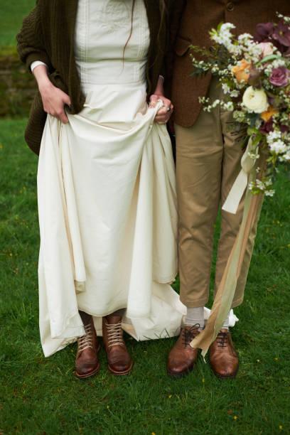 braut und bräutigam im herbst braun schuhe auf dem rasen zeigen beine, hochzeit konzept - bräutigam jeans stock-fotos und bilder