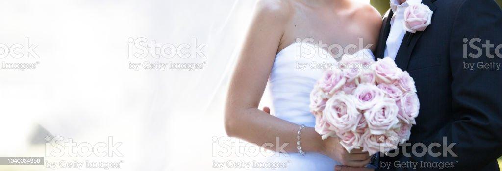 Braut und Bräutigam In romantischen stellen nach der Heirat – Foto