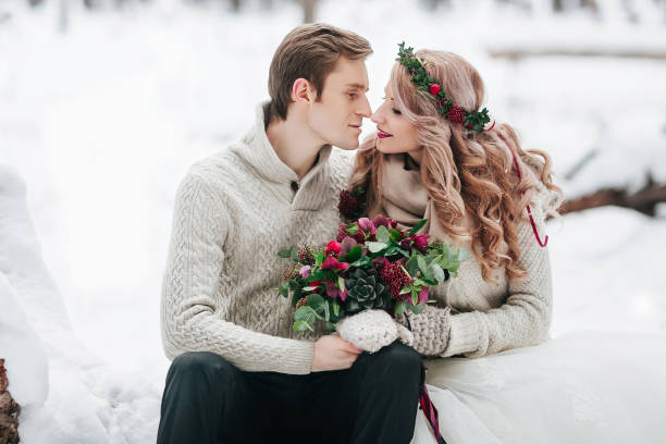 braut und bräutigam im winterwald. moment, bevor ein kuss. kunstwerk - strickmantel stock-fotos und bilder