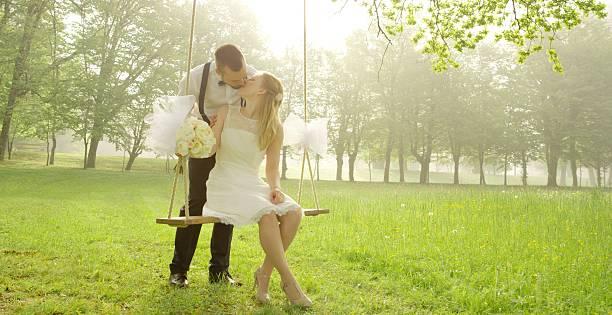 braut und bräutigam küssen - leinenhosen frauen stock-fotos und bilder
