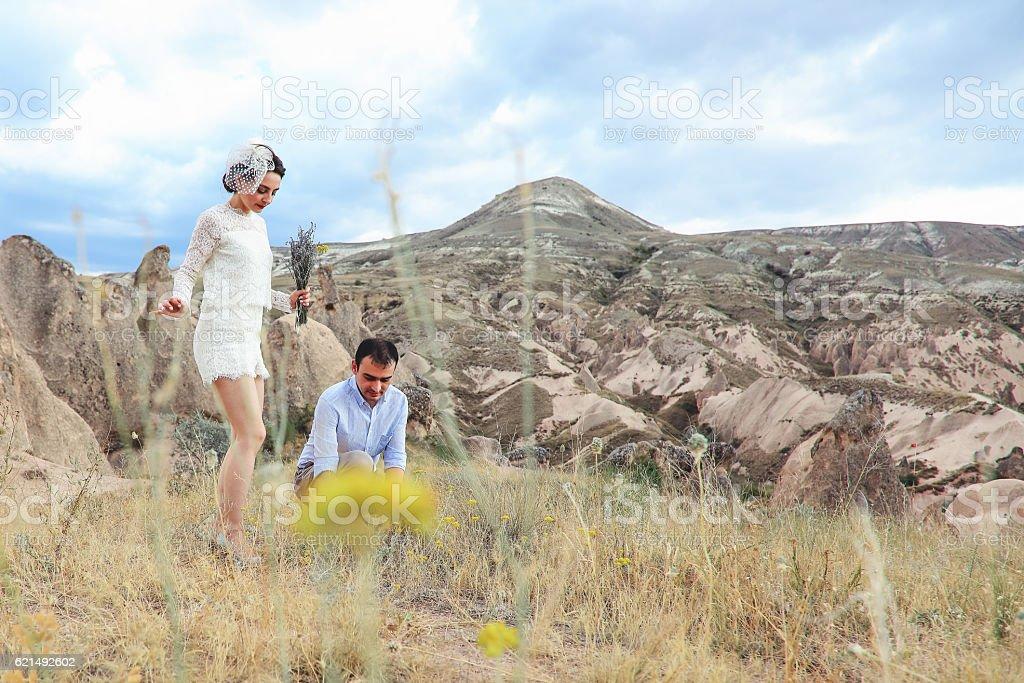 Jeunes mariés, un mariage de fleurs photo libre de droits