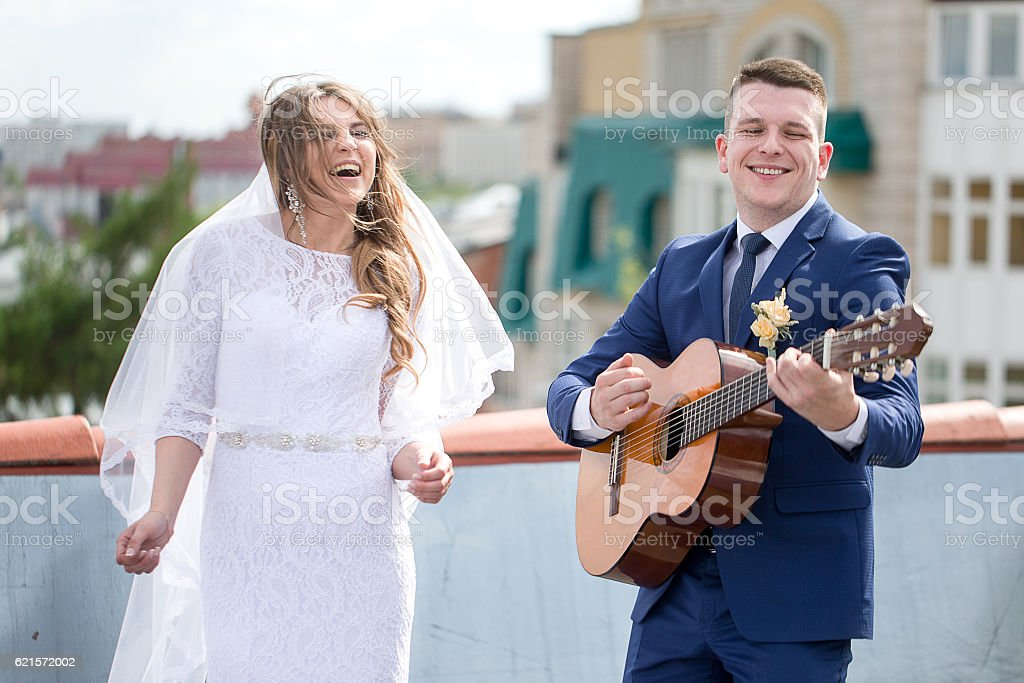 bride and groom on the roof photo libre de droits