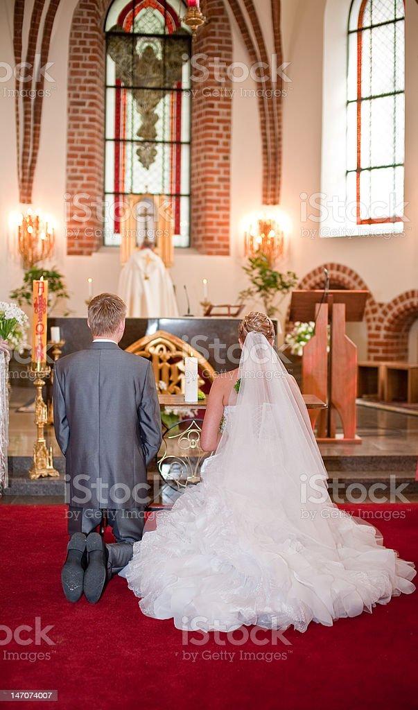 Noiva e o noivo na cerimônia de casamento - foto de acervo