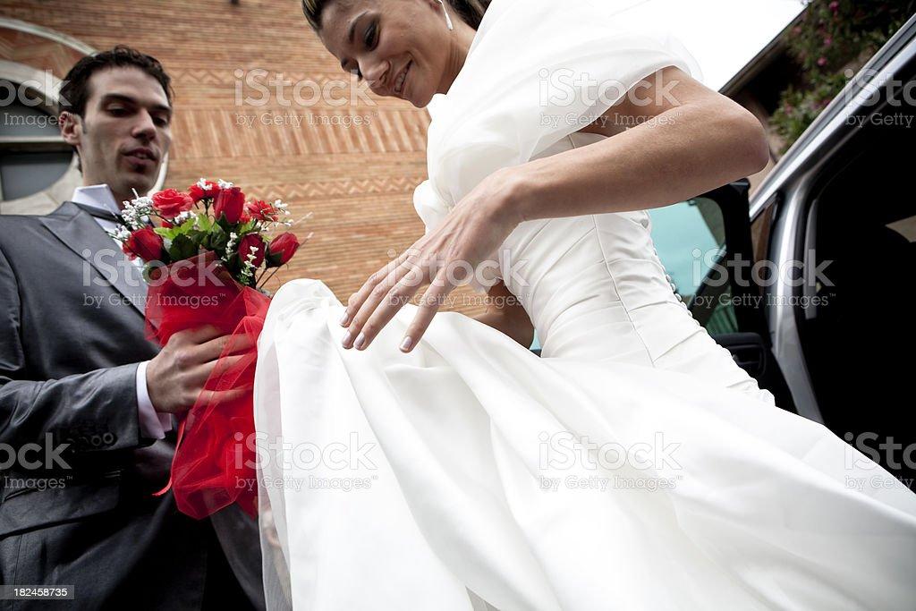 Novia y el novio fuera del churc foto de stock libre de derechos
