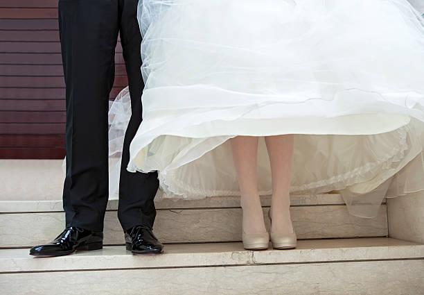 braut und bräutigam - hochzeitskleid in schwarz stock-fotos und bilder