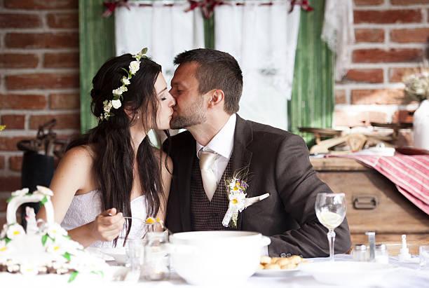 braut und bräutigam - bräutigam tisch stock-fotos und bilder