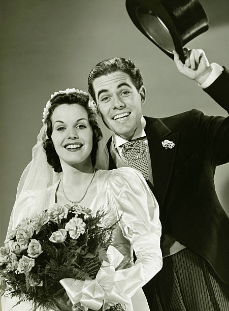 braut und bräutigam posieren bei studio (b & w), porträt - bräutigam anzug vintage stock-fotos und bilder