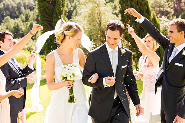 新郎新婦様にウェディングの行進 - 結婚式 ストックフォトと画像