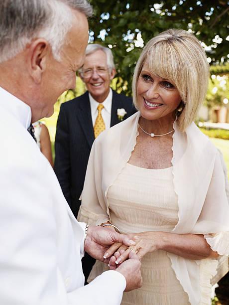 braut und bräutigam trägt ehering - hochzeitskleid über 50 stock-fotos und bilder