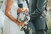 屋外の結婚式での誓いを言って新郎新婦
