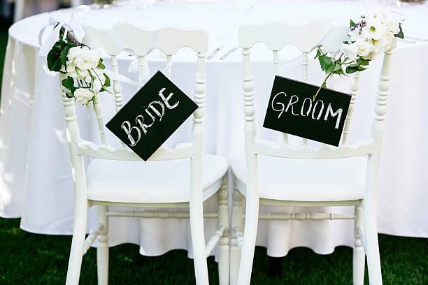 bride and groom sign - bräutigam tisch stock-fotos und bilder