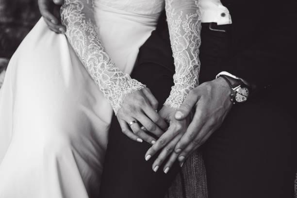 braut und bräutigam halten zärtlich einander die hände. bw-ton - hipster braut stock-fotos und bilder