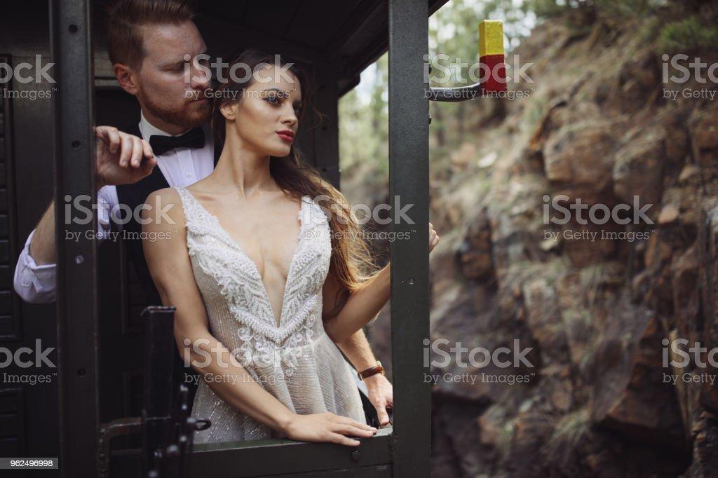 Noiva e noivo viajando de trem velho - Foto de stock de 20 Anos royalty-free