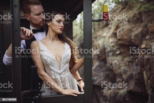 Foto de Noiva E Noivo Viajando De Trem Velho e mais fotos de stock de 20 Anos