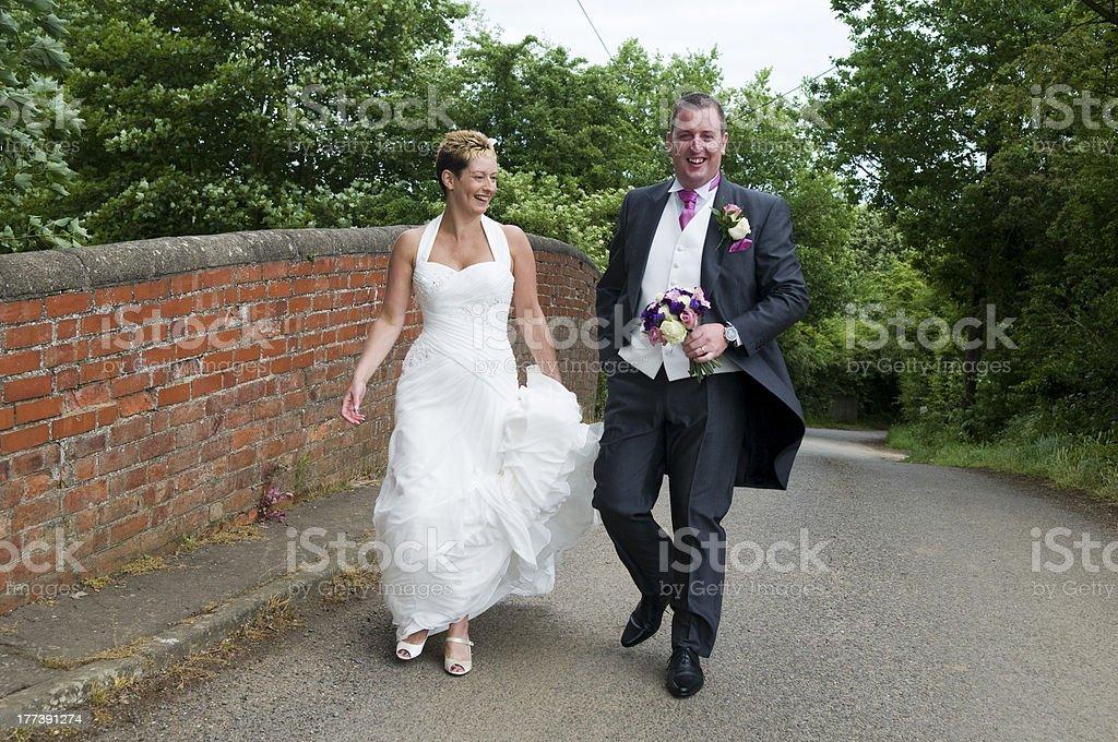 Braut und Bräutigam zu Fuß – Foto