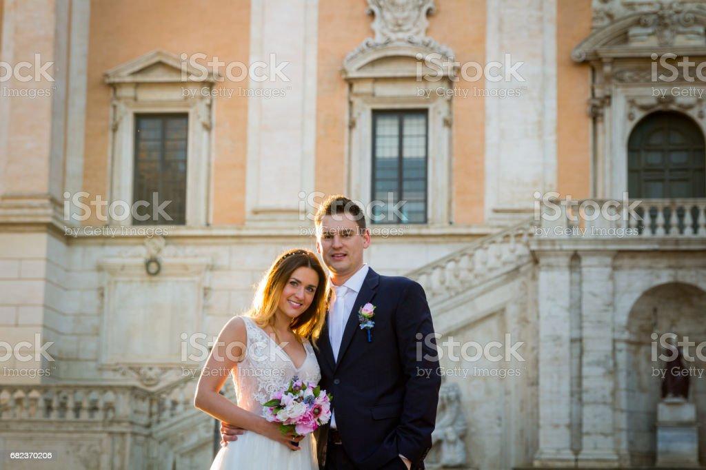 キャピトル ・ ヒル (カンピドリオ)、ローマ、イタリアの前に花嫁や新郎結婚式 ロイヤリティフリーストックフォト