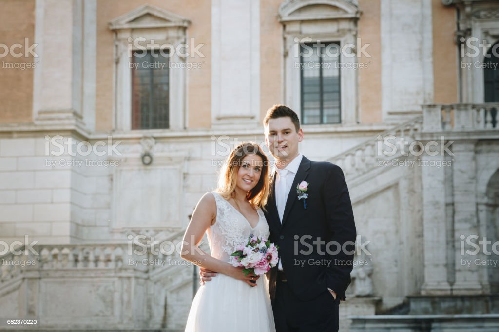 Bride and groom wedding poses in front of Capitol Hill (Campidoglio), Rome, Italy zbiór zdjęć royalty-free