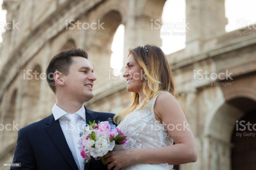 Bruid en bruidegom bruiloft poses voor Colosseum, Rome, Italië royalty free stockfoto