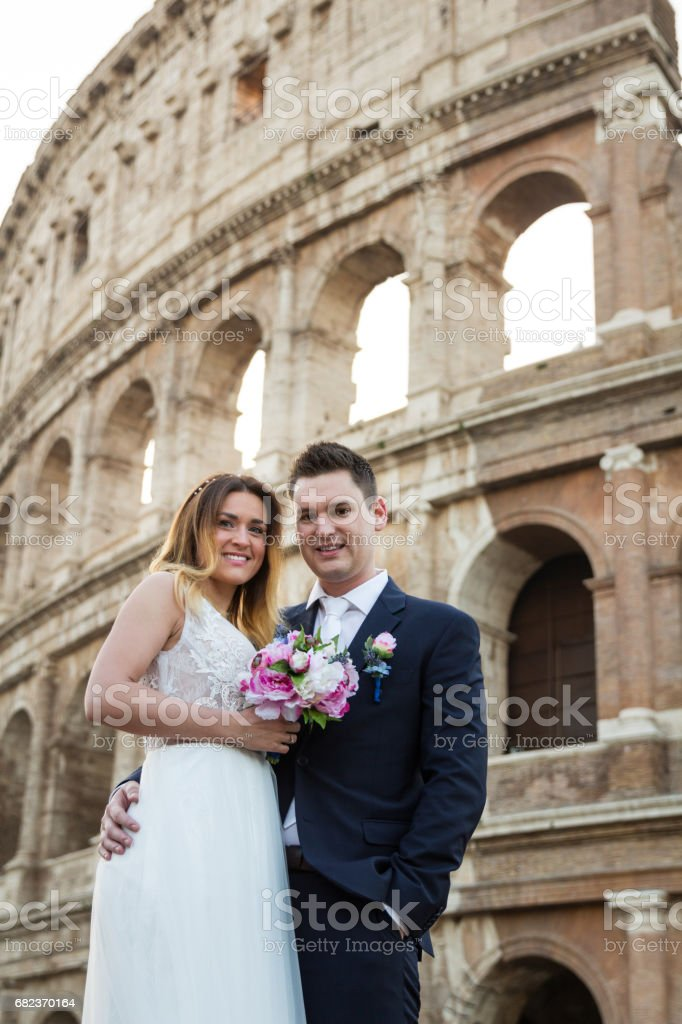 Bride and groom wedding poses in front of Colosseum, Rome, Italy foto stock royalty-free