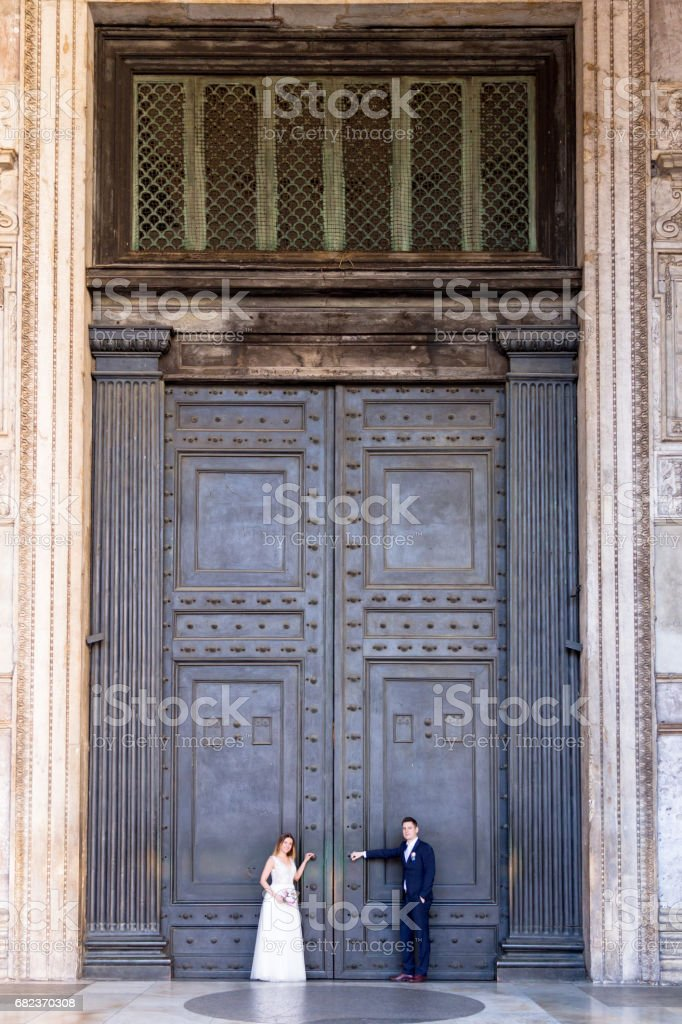 Bride and groom wedding poses in front of Pantheon, Rome, Italy foto stock royalty-free