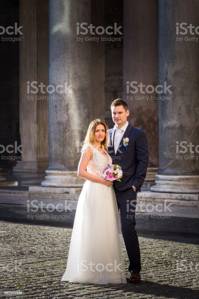 Bruid en bruidegom bruiloft houdingen tegenover het Pantheon, Rome, Italië royalty free stockfoto